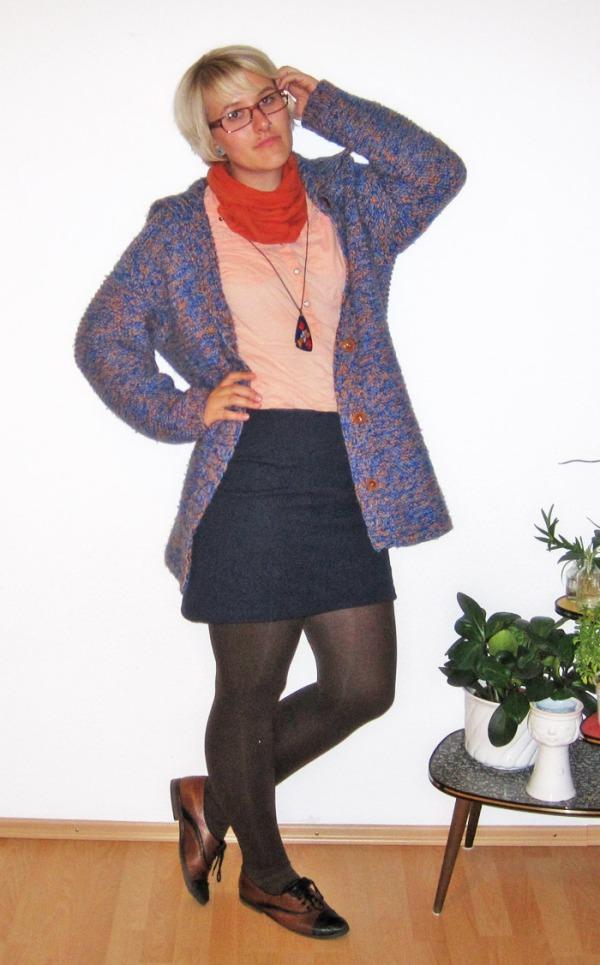 Outfit: blaue Vintage-Strickjacke